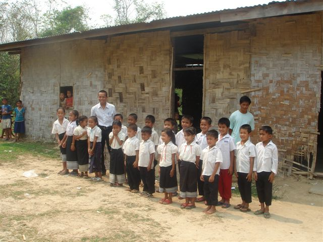 Kinder vor altem Schulhaus in Banalieng